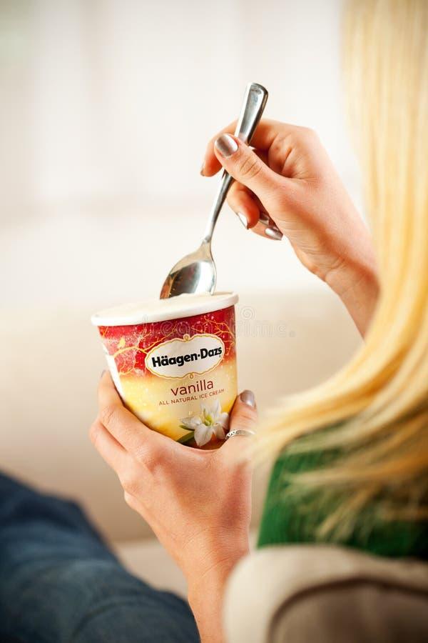 Женщина есть пинту мороженого ванили Haagen-Dazs стоковая фотография rf