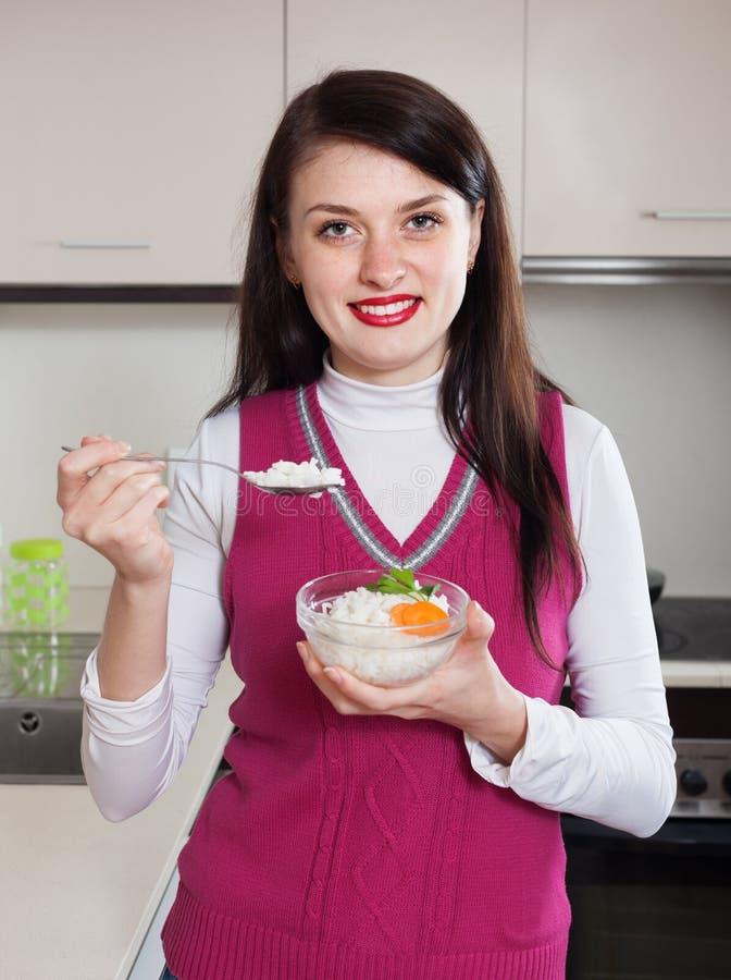 Женщина есть рис стоковые изображения rf