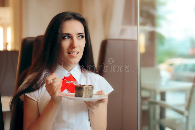 Женщина есть суфле шоколада в магазине кондитерскаи стоковое изображение