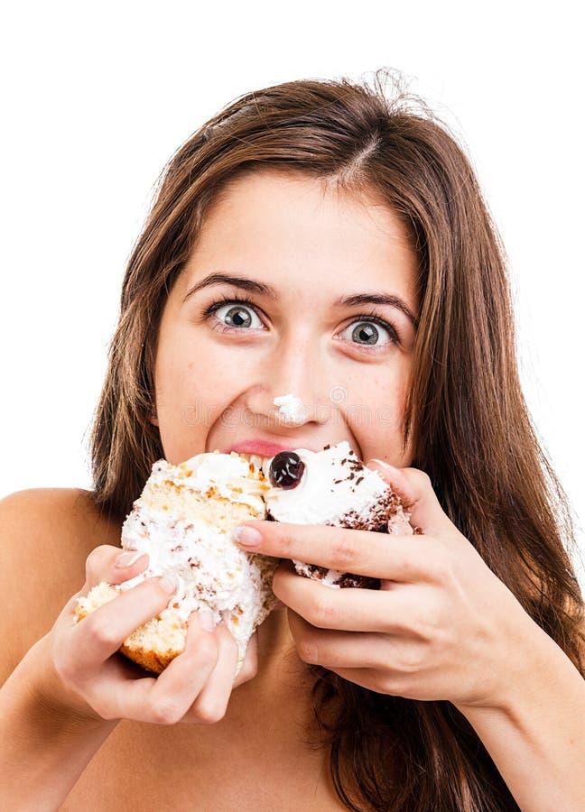 Женщина есть торт стоковые изображения