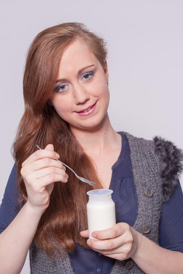 Download Женщина есть югурт с ложкой Стоковое Изображение - изображение насчитывающей свеже, здоровье: 41658429