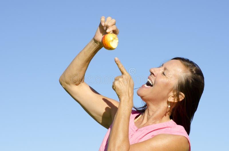 Женщина есть яблоко IV стоковое фото