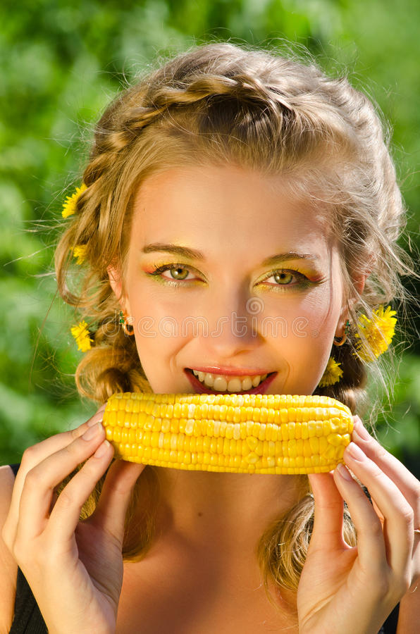 Женщина есть corn-cob стоковые фото
