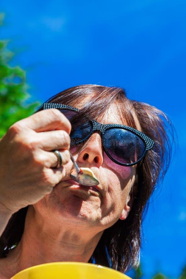 Женщина ест лед стоковая фотография rf