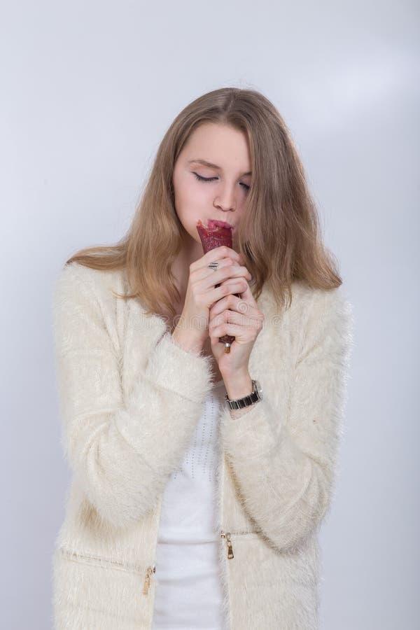 Женщина ест сосиску стоковые изображения rf
