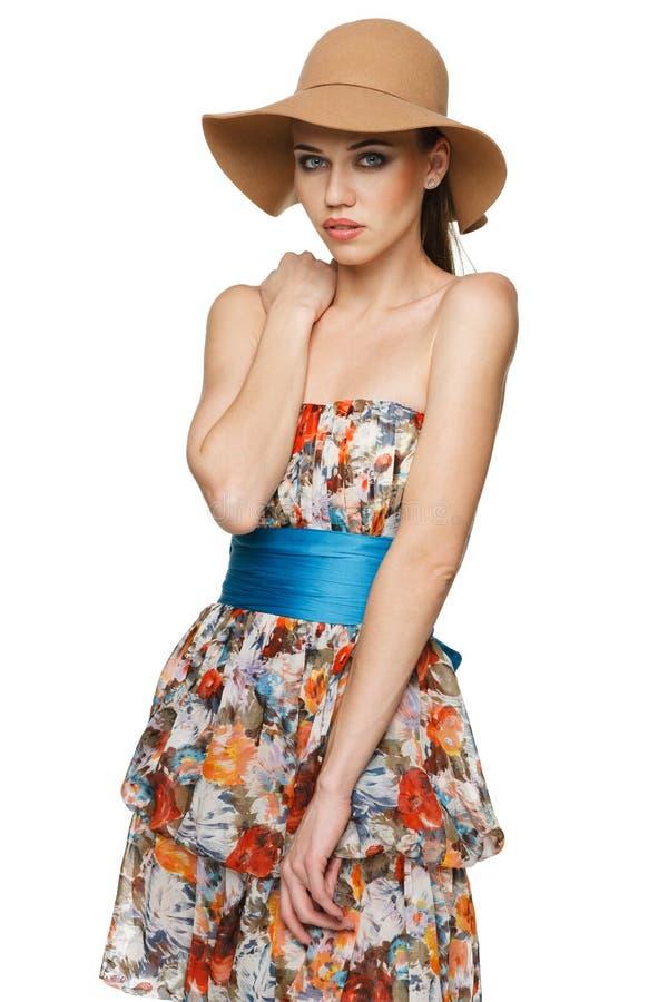 Женщина лета в шифоновом платье и шляпе стоковое изображение rf