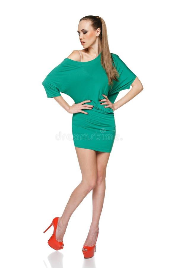 Женщина лета моды в зеленом платье стоковое изображение