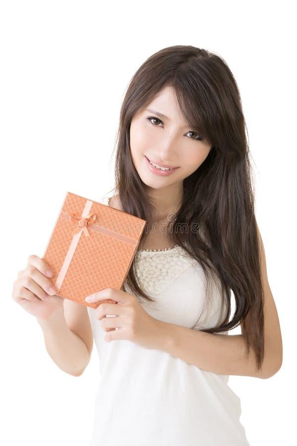 Женщина детенышей довольно азиатская с подарком стоковое фото