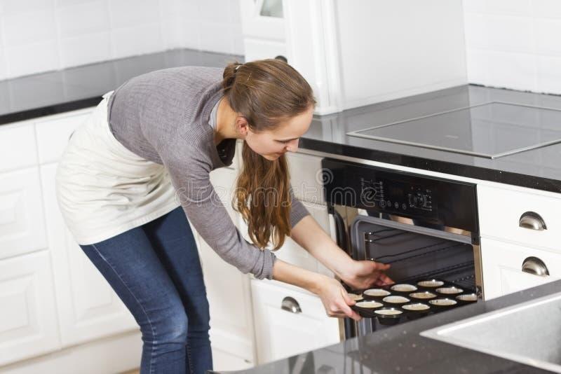 Женщина делает булочки стоковое фото rf