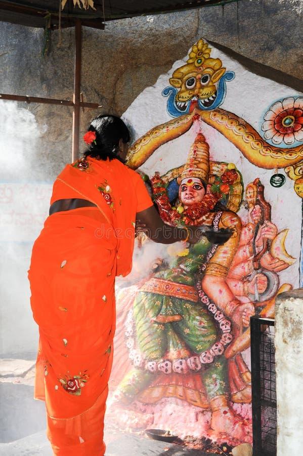 Женщина делает предлагать на индусском виске на Hampi стоковое изображение rf