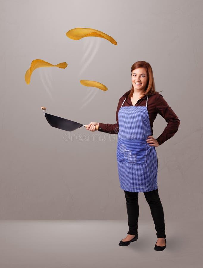 Download Женщина делая блинчики стоковое фото. изображение насчитывающей диетпитание - 40592112