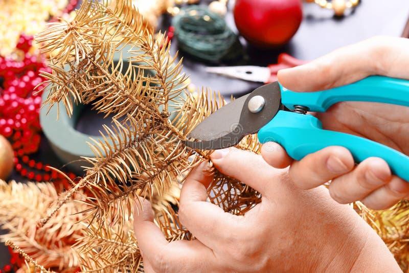 Женщина делая венок пришествия рождества стоковые изображения