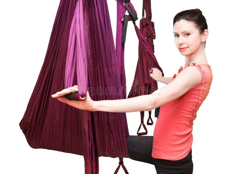 Женщина делая воздушные тренировки йоги, йогу мухы стоковое изображение