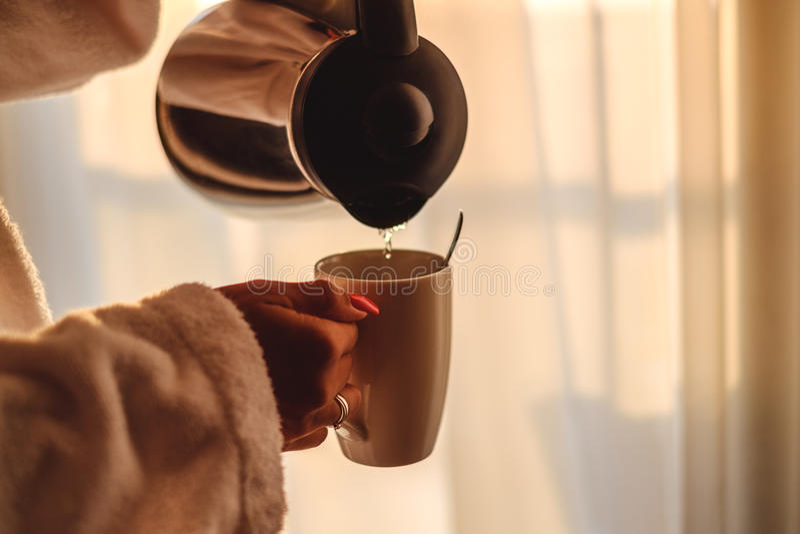 Женщина делая ее кофе в утре стоковое фото rf