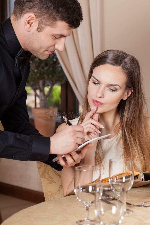 Женщина делая заказ заказ стоковые фотографии rf