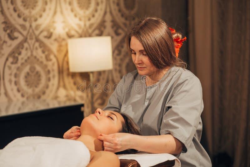 Женщина делая лицевой массаж стоковая фотография rf