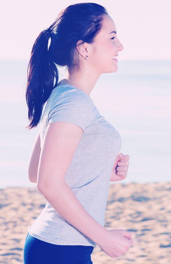 Женщина делая идя тренировку на дневном времени стоковые фото