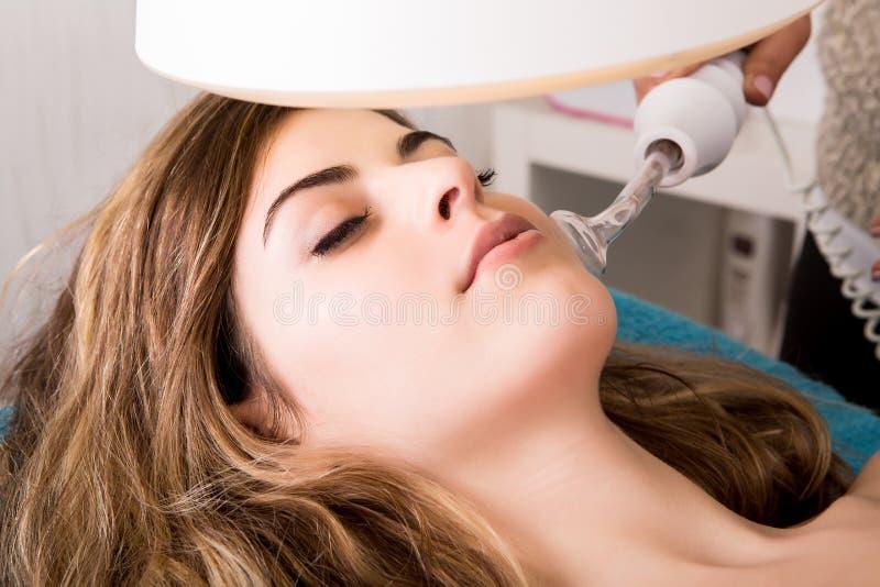 Женщина делая косметические процедуры стоковое фото rf