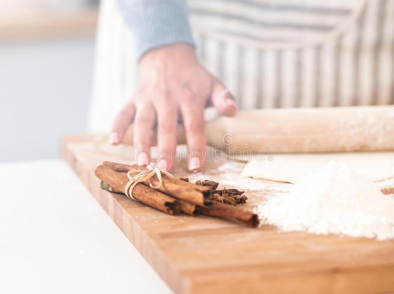 Женщина делая печенья рождества в кухне стоковое фото rf