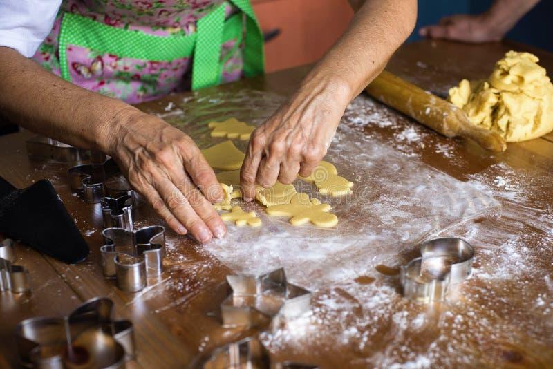 Женщина делая печенья рождества стоковые фото