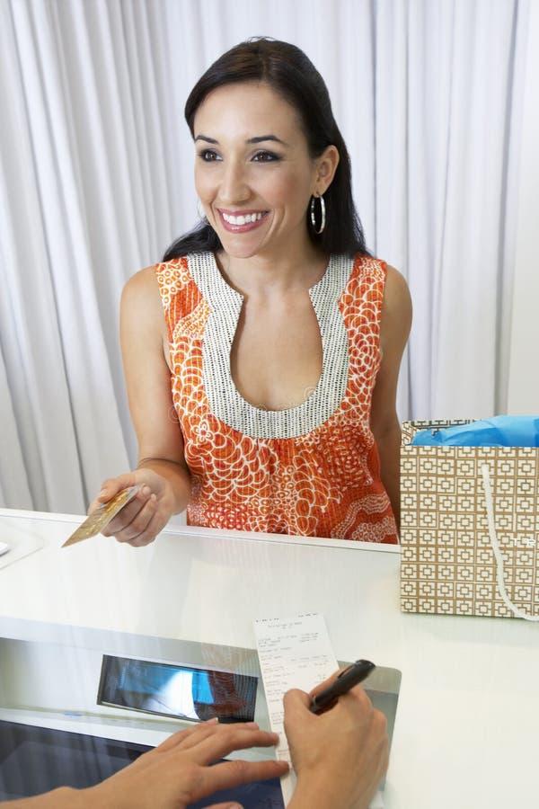 Женщина делая приобретение с кредитной карточкой стоковые изображения