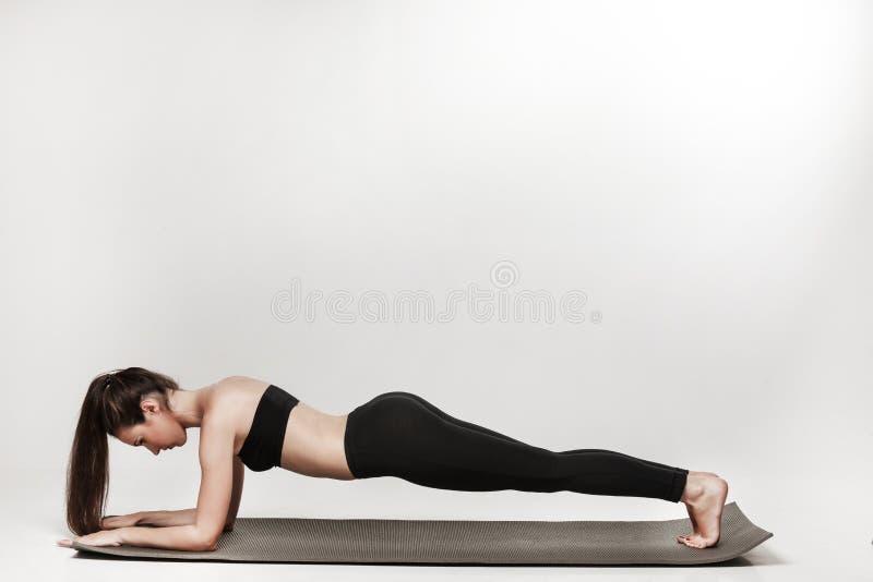 Женщина делая планку стоковое фото