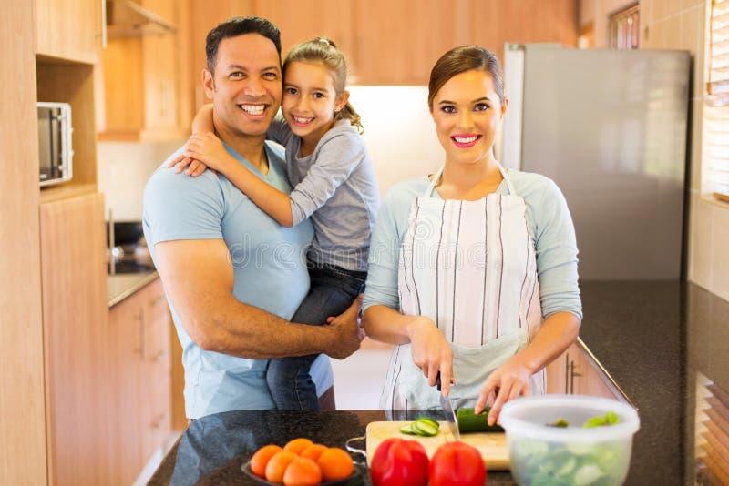 женщина делая семью салата стоковое изображение rf
