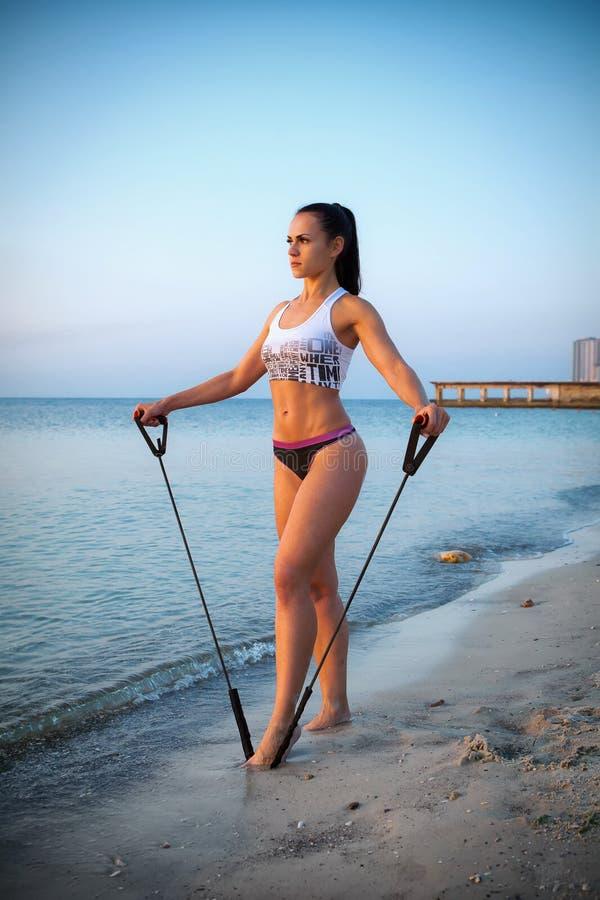 Женщина делая спорт outdoors стоковая фотография