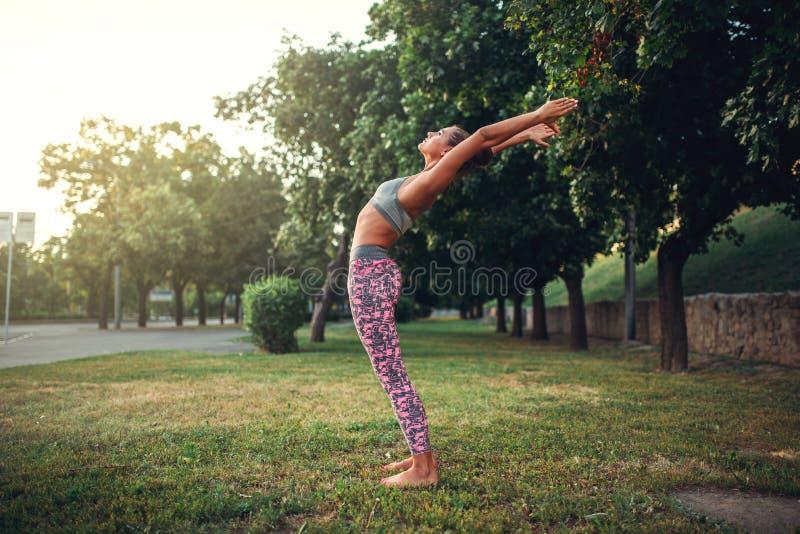 Женщина делая тренировку йоги в парке лета стоковая фотография rf