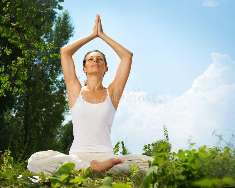 Женщина делая тренировку йоги стоковое изображение rf