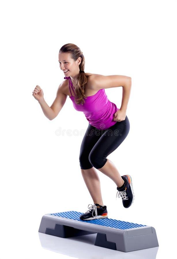 Женщина делая тренировку шага стоковое фото rf