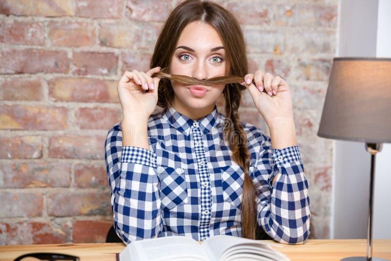 Женщина делая усик с ее волосами стоковые изображения rf