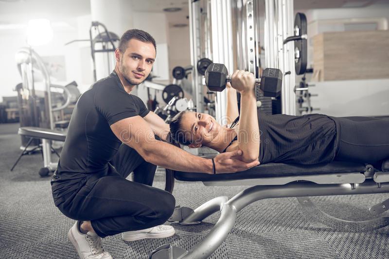 Женщина делая фитнес с личной помощью тренера стоковая фотография rf