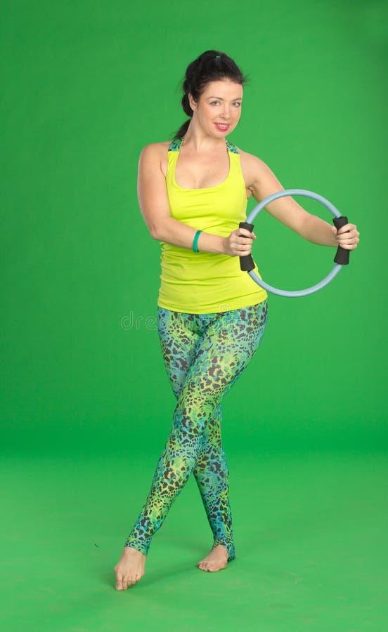 Женщина делая pilates с кольцом стоковая фотография