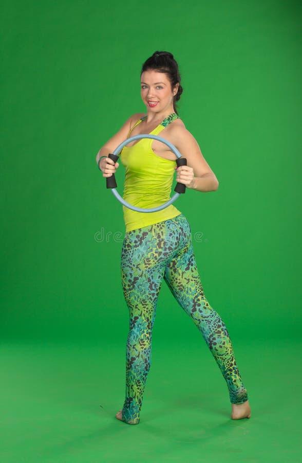 Женщина делая pilates с кольцом стоковые изображения