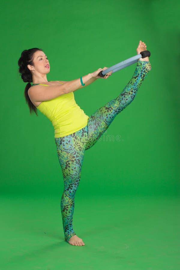Женщина делая pilates с кольцом стоковые изображения rf