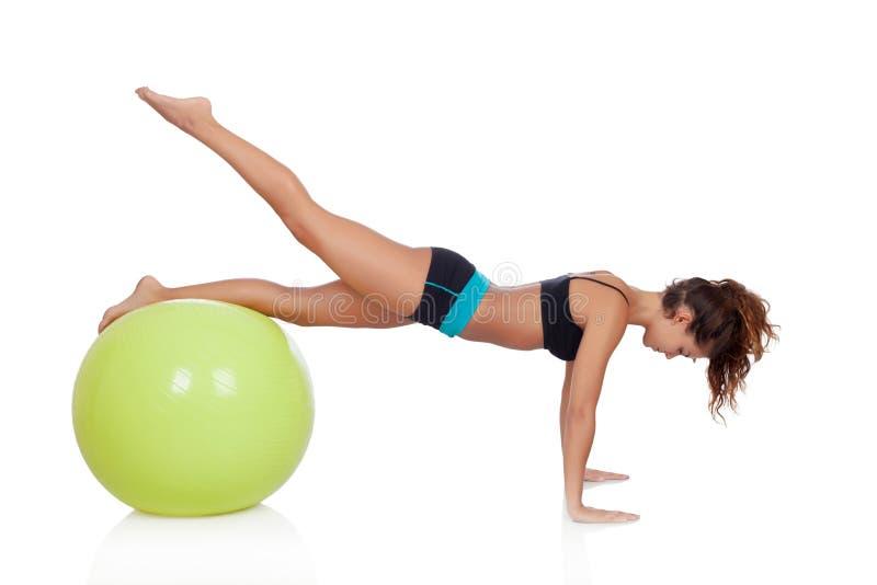 Download Женщина делая Pilates с шариком Стоковое Фото - изображение насчитывающей привлекательностей, персона: 33733158