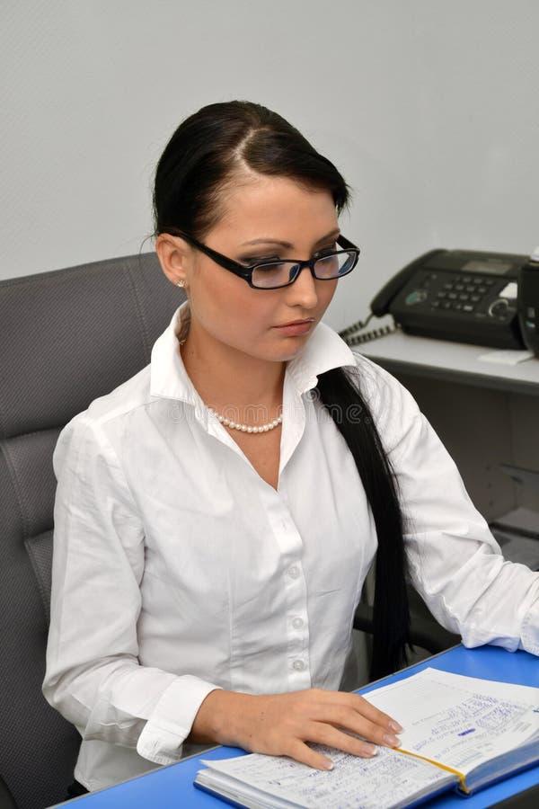 Женщина дела на работе стоковое фото