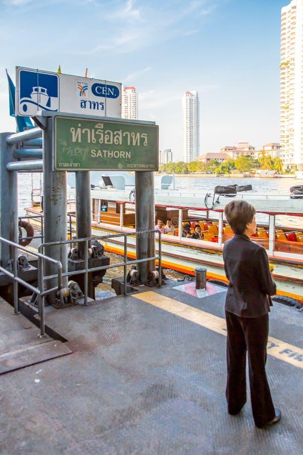 Женщина ждет паром в Бангкоке стоковая фотография rf
