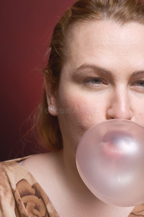 женщина жевательной резинки стоковое фото