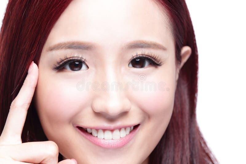 Женщина заботы глаза улыбки стоковые изображения