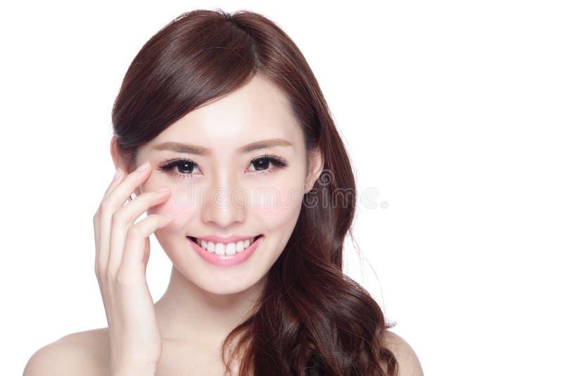Женщина заботы глаза улыбки стоковая фотография rf