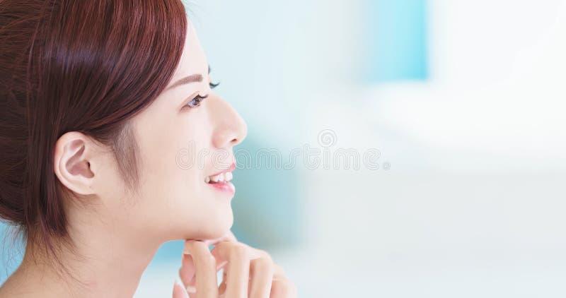 Женщина заботы кожи красоты стоковые изображения rf