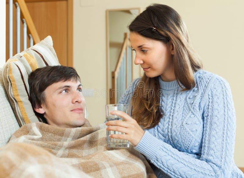 Женщина заботя для больного человека стоковое фото rf
