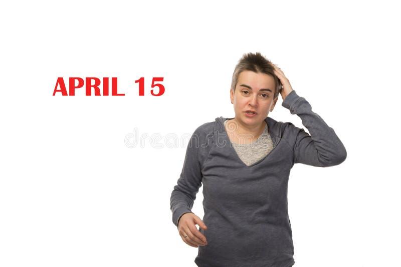 Женщина забывчивого брюнета белая о ДНЕ 15-ОЕ АПРЕЛЯ НАЛОГА r стоковые фотографии rf