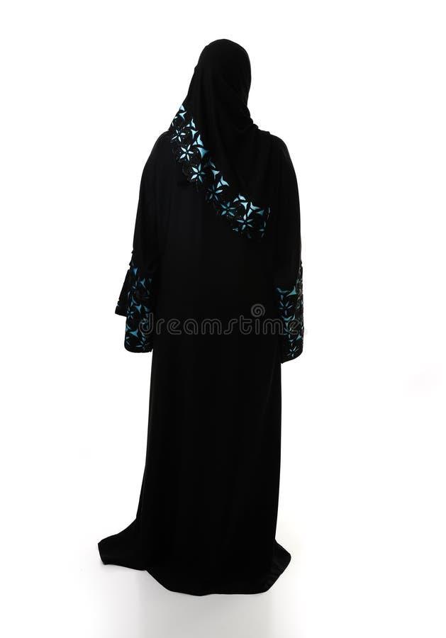 женщина задних одежд мусульманская традиционная стоковое фото rf