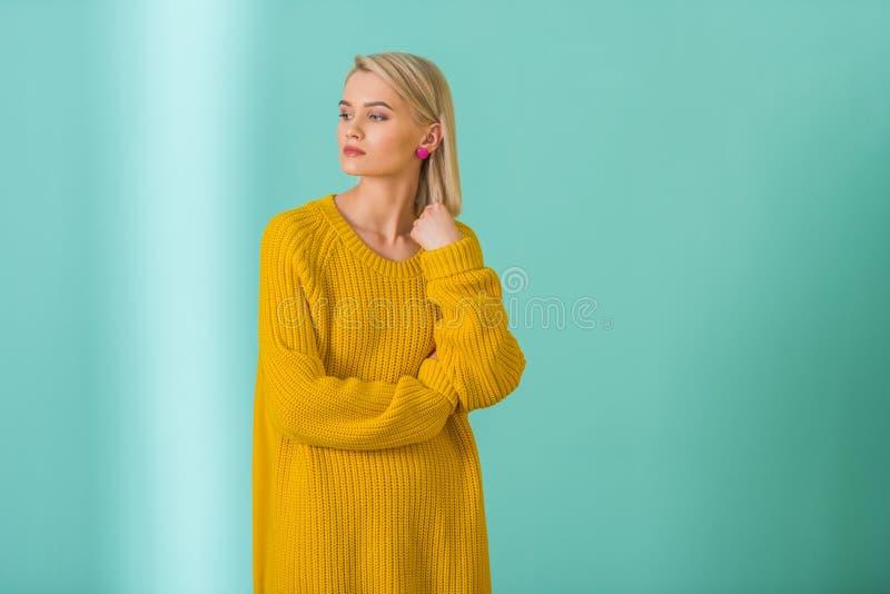 женщина задумчивого портрета предпосылки красивейшая изолированная белая стоковая фотография rf