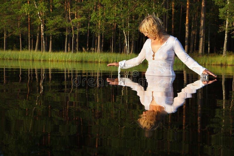 женщина заплывания озера стоковая фотография rf