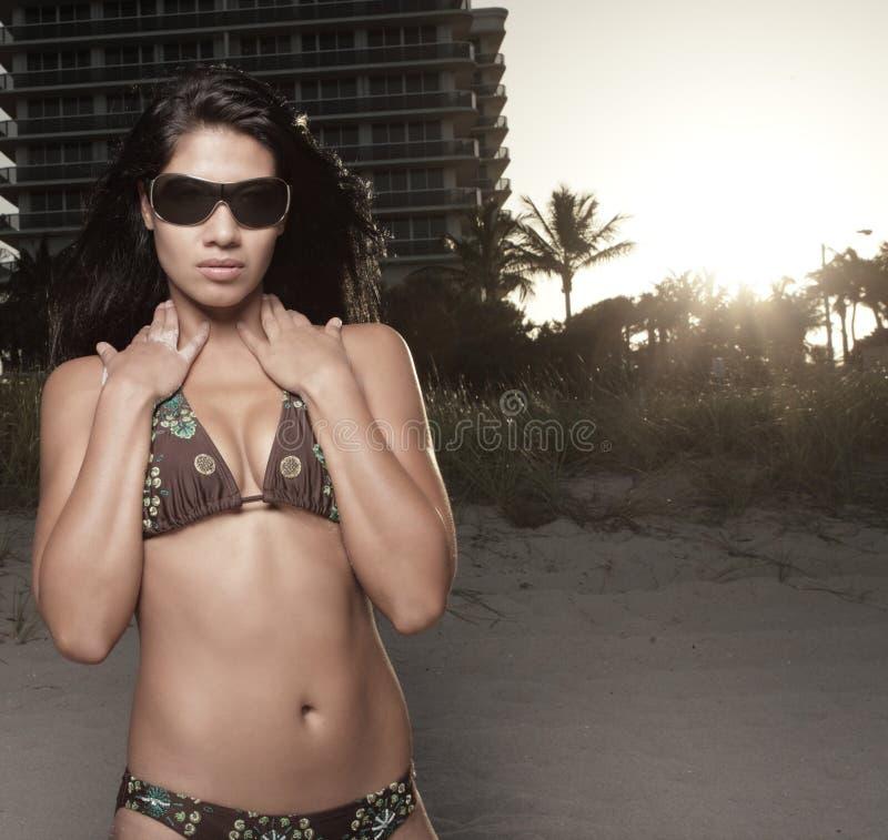 женщина захода солнца бикини стоковые фото