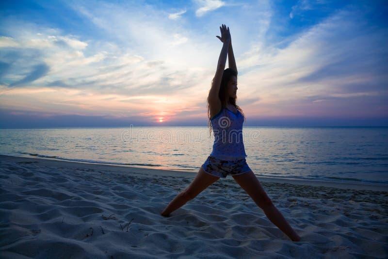 женщина захода солнца пляжа ослабляя стоковые изображения